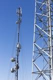 против башни телекоммуникаций неба связи антенн голубой различной Стоковая Фотография RF