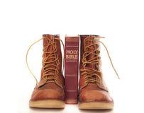 против библии ботинки изолировали белизну Стоковые Изображения RF