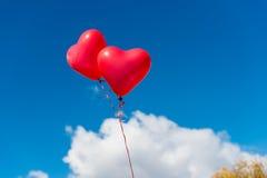 против Валентайн неба сердца воздушного шара предпосылки голубого Стоковые Изображения RF