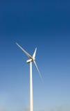 против ветра турбины голубого неба лезвий Стоковая Фотография