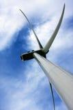 против ветра турбины голубого неба лезвий Стоковое Фото