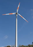 против ветра турбин голубого неба Стоковое Изображение RF