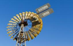 против ветрянки голубого неба стоковое изображение