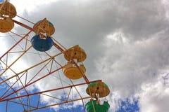 против голубого колеса неба ferris стоковая фотография