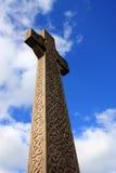 против голубого неба кельтского креста Стоковая Фотография RF