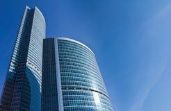 против голубого неба офиса здания Стоковое Изображение