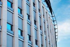 против голубого неба офиса здания Стоковое Фото