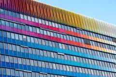 против голубого неба офиса здания Стоковое Изображение RF