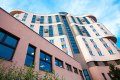 против голубого неба офиса здания Стоковая Фотография RF