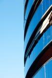 против голубого неба офиса здания Стоковая Фотография