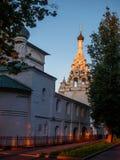 против голубого неба церков стоковые фотографии rf