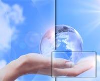 против голубого неба человека руки глобуса Стоковая Фотография RF