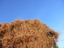 против голубого неба haystack Стоковая Фотография