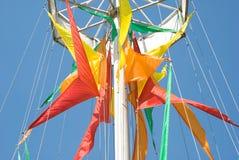 против голубого покрашенного неба флагов Стоковые Изображения