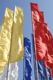 против голубого флагов неба длиной пестротканого узкого Стоковая Фотография RF
