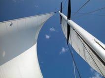 против голубой белизны неба ветрила Стоковая Фотография