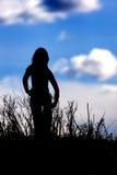 против голубой девушки silhouetted небо Стоковое Изображение