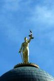 против голубой статуи неба повелительницы правосудия Стоковые Фото