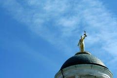 против голубой статуи неба повелительницы правосудия Стоковое фото RF