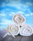 против голубых пушистых свежих полотенец неба Стоковые Фото