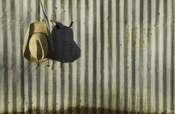 против гофрированного металла шлема ковбоя Стоковая Фотография RF