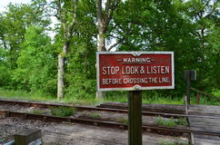 против голубого приходя неба знака железнодорожной дороги механиков скрещивания установленного для того чтобы торговать поездом п Стоковые Изображения RF