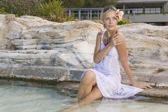против девушки облицовывает воду Стоковое фото RF