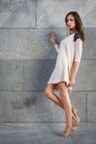 против детенышей женщины каменной стены Стоковое фото RF
