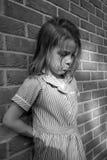 против детенышей стены девушки кирпича стоковое изображение