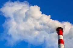 против дыма неба трубы вечера фона Загрязнение атмосферы экологическо стоковое изображение rf