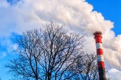 против дыма неба трубы вечера фона Загрязнение атмосферы экологическо стоковые фото