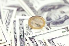 против евро одного доллара монетки Стоковые Изображения
