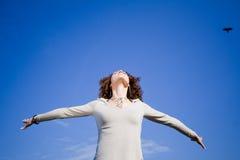 против женщины голубого неба Стоковое фото RF