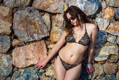 против женщины каменной стены Стоковая Фотография RF