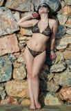 против женщины каменной стены Стоковое Изображение