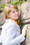 против женщины камня портрета wal белой Стоковая Фотография