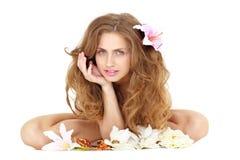 против женщины цветка предпосылки сидя белой Стоковые Фото