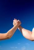 против женщины человека рукоятки wrestling Стоковое Фото