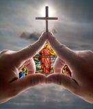 против запятнанного неба руки креста церков стеклянного Стоковые Фотографии RF