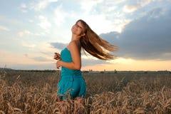 против захода солнца неба девушки Стоковое фото RF
