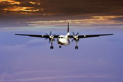 против захода солнца самолета Стоковое Фото