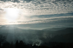 против захода солнца гор сиротливой горы ландшафта наездника вечера Стоковое Фото