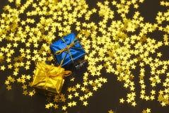 против звезд подарков рождества стоковое изображение