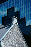 против камня небоскреба крыши церков самомоднейшего пикового Стоковое фото RF