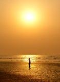 против комплекта девушки silhouetted малое солнце Стоковые Фотографии RF