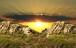 против красивейшего захода солнца зеленых холмов Стоковое Фото