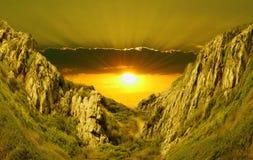 против красивейшего захода солнца зеленых холмов Стоковое Изображение