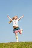 против красивейшей девушки скача меньшее небо Стоковые Фотографии RF
