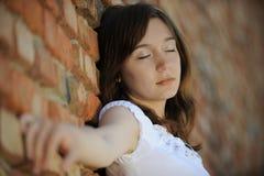 против красивейшей женщины кирпичной стены Стоковое Фото