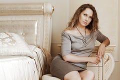против красивейшей женщины кровати Стоковое Фото